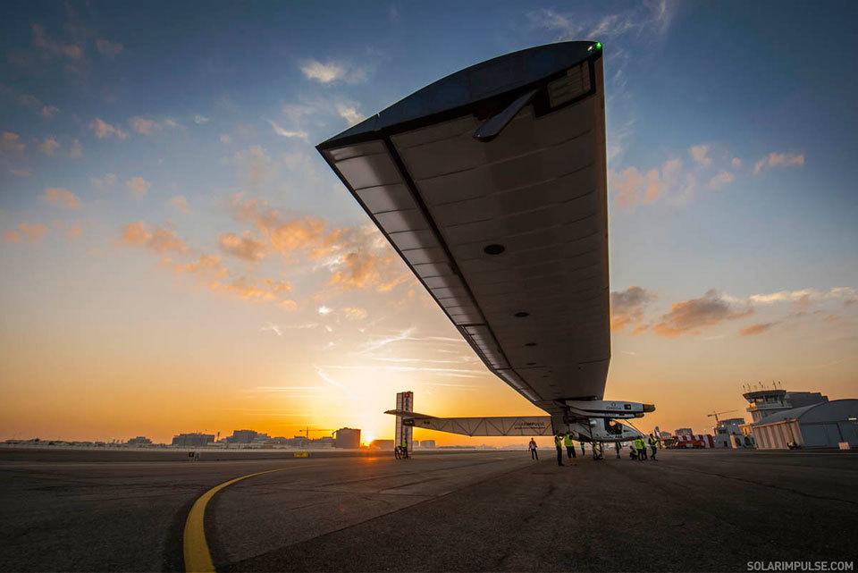 Máy bay năng lượng Mặt trời bắt đầu bay vòng quanh thế giới