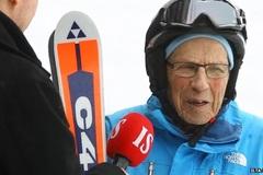 Xem cụ già 95 tuổi trượt tuyết điệu nghệ
