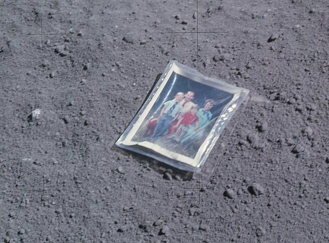 Các phi hành gia để lại vật đặc biệt gì trên Mặt trăng?
