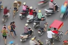 Khách Tây chia sẻ bí quyết sang đường ở Việt Nam