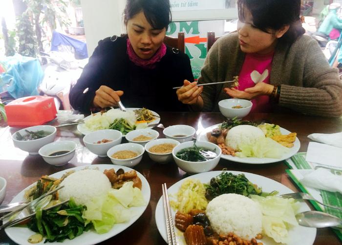 Công chức, dân nghèo Hà Nội đổ xô ăn tiệc chay miễn phí