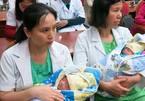 Cứu sống cặp song sinh chào đời chỉ nặng 5 - 6 lạng