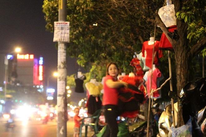 Chợ quần áo trên cây ở Sài Gòn