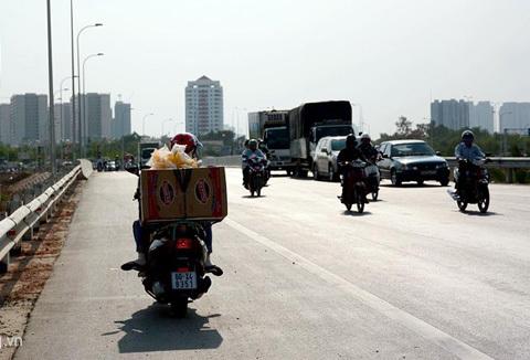 Xe máy phớt lờ biển cấm trên cao tốc tỷ đô