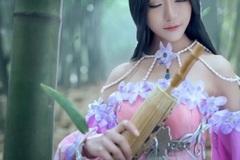 Nữ game thủ Thiên Nhai Minh Nguyệt Đao múa kiếm trong rừng trúc