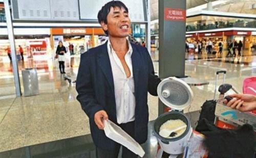 Hành khách nấu cơm giữa sân bay