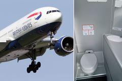 """Máy bay phải quay đầu vì nhà vệ sinh """"bốc mùi"""""""