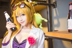 Nữ game thủ cosplay pháp sư Ezreal khoe vòng một căng tràn