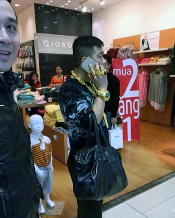 Hà Nội: Người đàn ông đeo đầy vàng trên người gây xôn xao