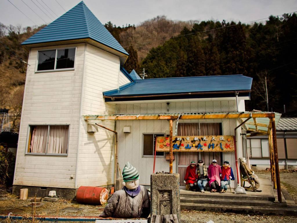 Đặt bù nhìn khắp làng để bớt cô đơn