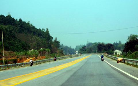 hình ảnh lạ, chỉ có ở Việt Nam, xe khách, xe máy đi trên cao tốc, Nội Bài - Lào Cai