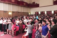 Khán giả phấn khích khi nghe nghệ sĩ Mỹ hát dân ca Việt