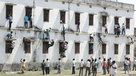 Ấn Độ: Cha mẹ đu tường ném bài thi cho con