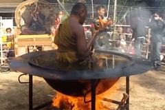 Nhà sư ngồi thiền trong chảo dầu sôi