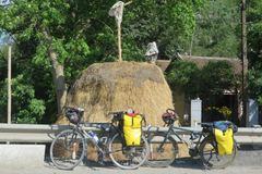 Cặp đôi đạp xe 9 tháng từ Việt Nam đến Paris