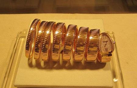 Quang Lê, Thủy tiên, mua đồng hồ, bạc tỷ, đi mượn