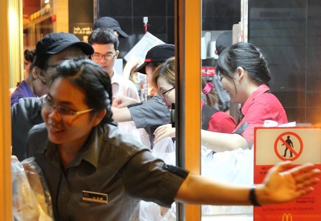 Sài Gòn: Hàng nghìn người xếp hàng nhận đồ ăn nhanh miễn phí