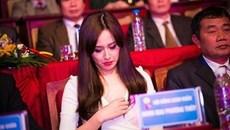 Mỹ nhân Việt hồn nhiên chỉnh sửa áo xống nơi đông người