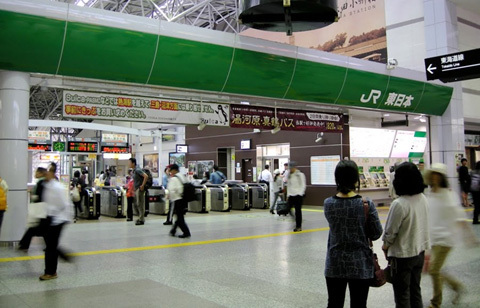 nhà sư, ga tàu, thang cuốn, nữ sinh, quay lén, cảnh sát, Nhật Bản
