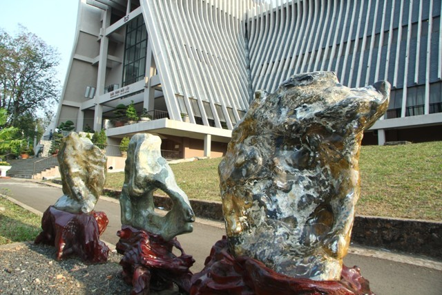 Hình ảnh hàng loạt công sở 'trấn yểm' bằng đá quý