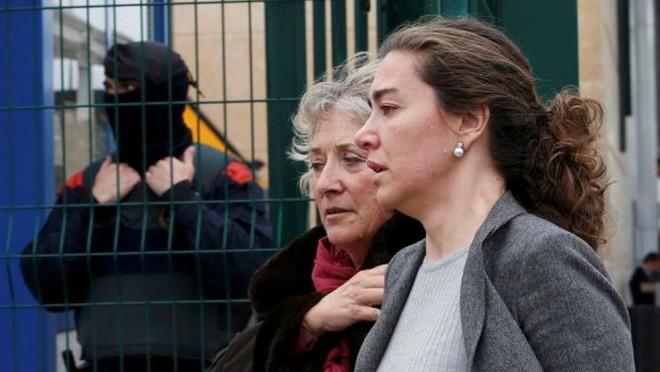 Hình ảnh người nhà nạn nhân đau đớn nhận hung tin