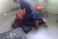 Phụ huynh đánh ghen cô giáo ngay tại lớp học
