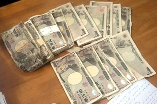 Vợ chồng ve chai trước thời điểm quyết định được nhận 5 triệu Yên