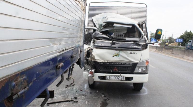 Phá cửa, giải cứu phụ xe tải kẹt cứng trong cabin