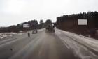Lốp xe tải bay đập nát đầu ô tô ngược chiều