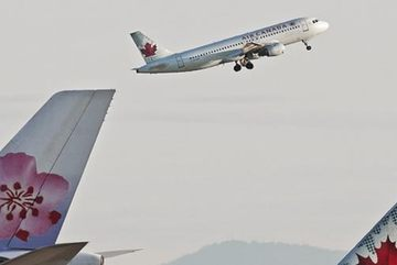 Máy bay khách Canada đâm vào cột điện sau khi hạ cánh