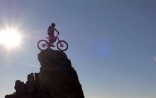 Màn leo núi bằng xe đạp có 1 không 2 gây sốt
