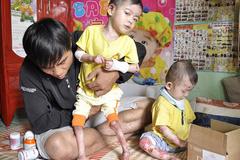 Vợ chồng nghèo tuyệt vọng vì hai con mắc bệnh lạ