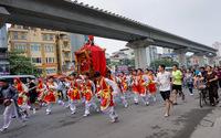 Rồng múa, kiệu xoay trên phố Hà Nội