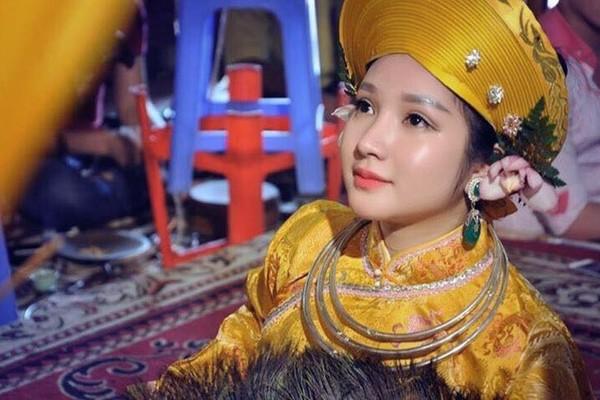 """9x được mệnh danh là """"cô đồng xinh đẹp nhất Việt Nam"""""""