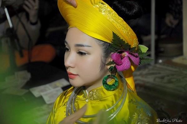 Gặp gỡ nữ 'Hầu Đồng' xinh đẹp 9x