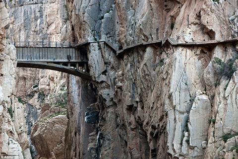 Cận cảnh đường đi bộ nguy hiểm nhất hành tinh