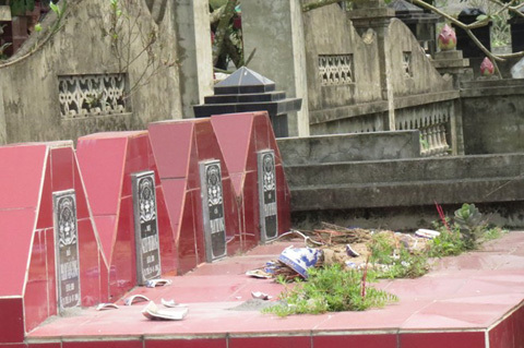 500 ngôi mộ bị phá hoại