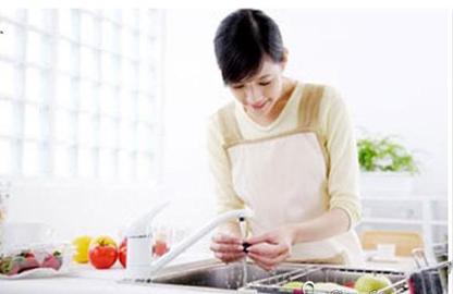 Mới cưới, chồng liên tục chê vợ nấu ăn dở