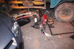 Xe ben lạc tay lái đâm liên hoàn, cả gia đình bị nạn
