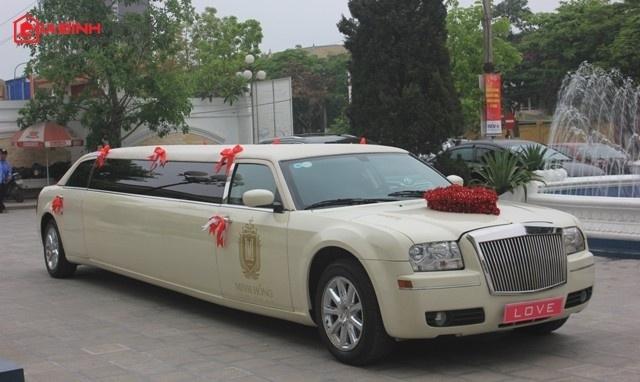Đại gia 'chịu chơi' sắm siêu xe Chrysler 300 phục vụ đám cưới