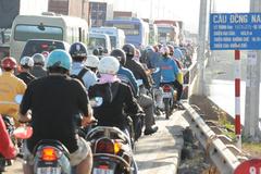 Cửa ngõ TPHCM ùn tắc ngày đầu thu phí cầu Đồng Nai