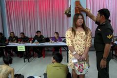 Hình ảnh nhà sư, người chuyển giới đi sơ tuyển tân binh ở Thái
