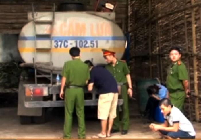 Bắt quả tang đối tượng rút ruột xăng dầu trong xe bồn