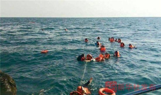 Tàu Thái Lan cháy, khách nhảy xuống biển thoát thân