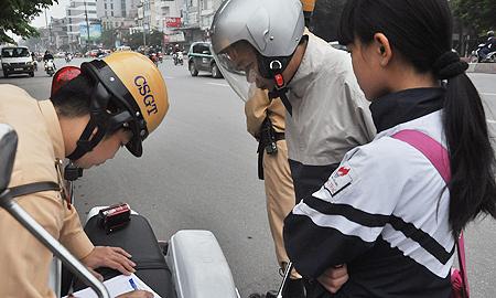 CSGT, xử lí, vi phạm, không đội mũ bảo hiểm, cổng trường