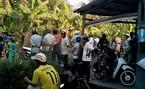 Thai nhi còn cử động trong túi nilon trước nhà dân