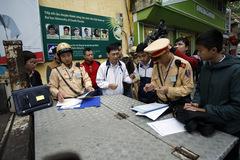 CSGT đưa học sinh bị phạt không đội MBH đến trường