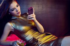 Mỹ nữ khoe dáng cùng smartphone đắt giá