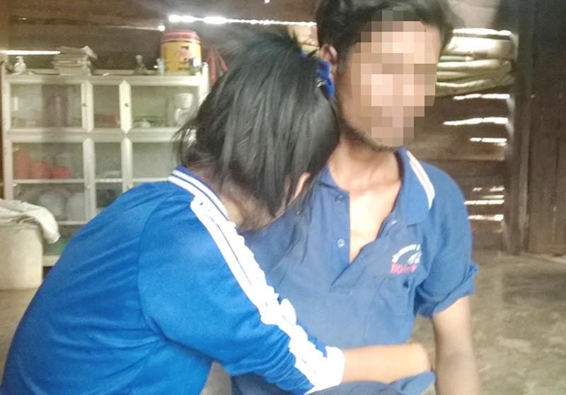 Thiếu nữ bị 2 thanh niên lẻn vào nhà hãm hiếp đến ngất xỉu