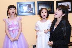 Á quân 'nhà trăm tỉ' say sưa hát bên mẹ và em gái
